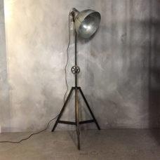 Stoere driepoot vloerlamp