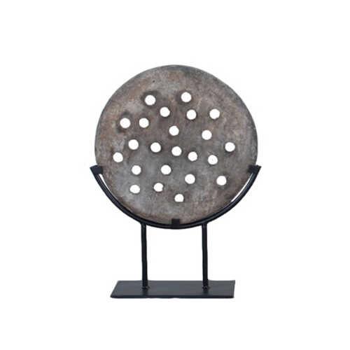 Oude steenmal op een metalen standaard